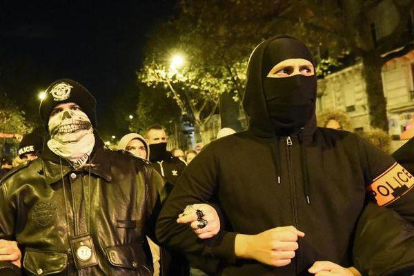Des policiers encagoulés lors d'une manifestation non autorisée, jeudi 20 octobre, à Paris.