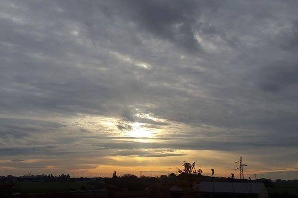 Vos photos illustrent la météo : lever du soleil le 3 novembre à Sains en Gohelle