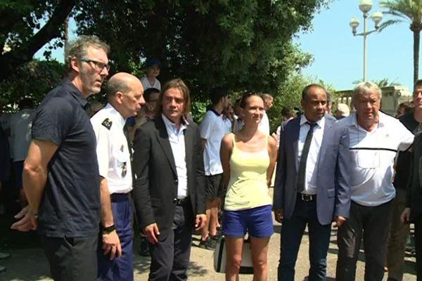 Des anciennes gloires du foot se recueillent, le 17 juin, devant la stèle en hommage aux victime de l'attentat de Nice