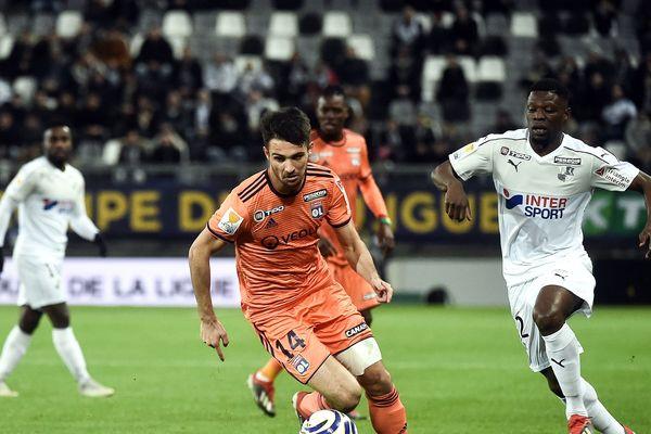Bakaye Dibassy, aux prises avec le Lyonnais Léo Dubois, le 19 décembre 2018.