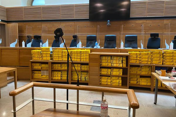 """Ce lundi 7 juin à la cour d'assises d'Aix-en-Provence, une centaine de tomes de documents reflétaient l'épaisseur de l'affaire de trafic de stupéfiants """"Air cocaïne""""."""