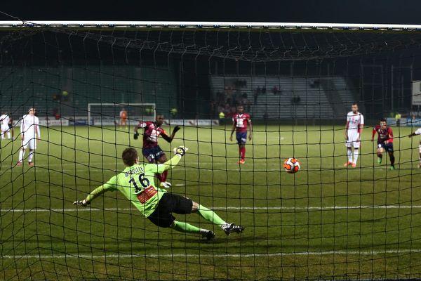 Les footballeurs clermontois ont enfin redonné le gout de la victoire aux supporters du stade Gabriel-Montpied grâce à un pénalty de Salibur.
