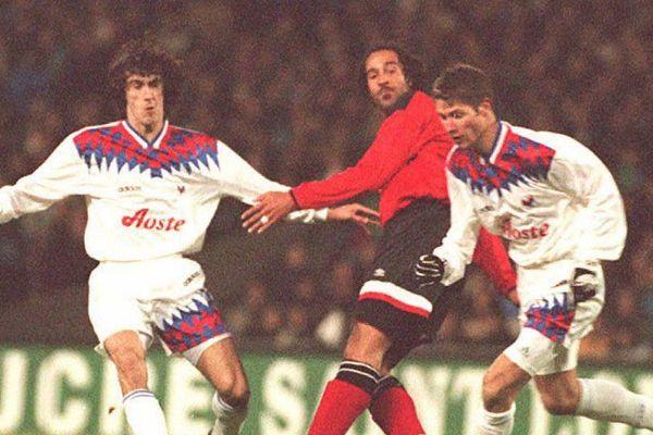 Jean-Luc Sassus à gauche sur la photo, sous le maillot de Lyon.