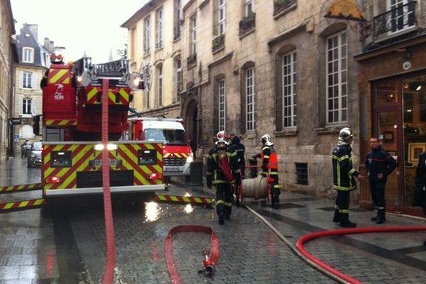 35 sapeurs-pompiers ont participé à un exercice ce lundi matin entre la rue Ecuyère et la place Saint-Sauveur