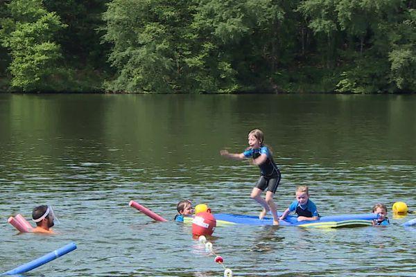 Les enfants apprennent à nager à l'étang de Ruffiac