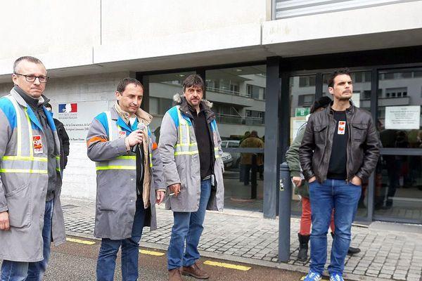 Prise de parole des ex GM&S devant la DIRECCTE ( direction régionale des entreprises, de la concurrence, de la consommation, du travail et de l'emploi) à Limoges ce 12 avril en début d'aprsè-midi.