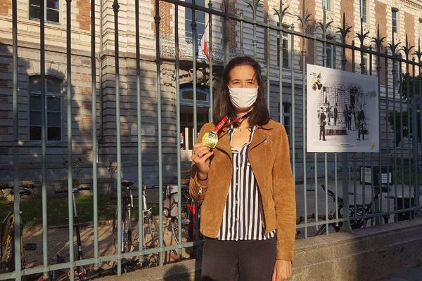 Solène Gicquel avec sa médaille de championne de France, devant le collège Zola à Rennes, où elle est assistante d'éducation