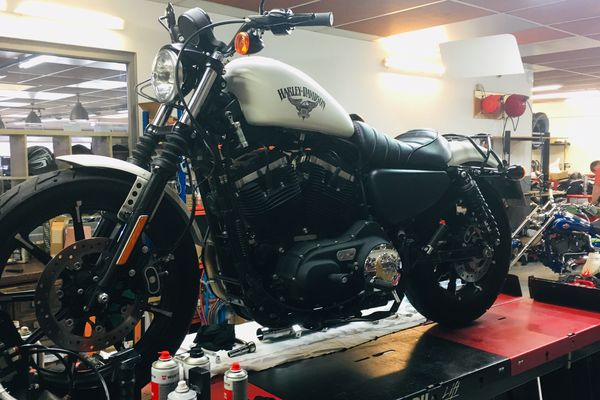 La moto d'une cliente subit une transformation personnalisée