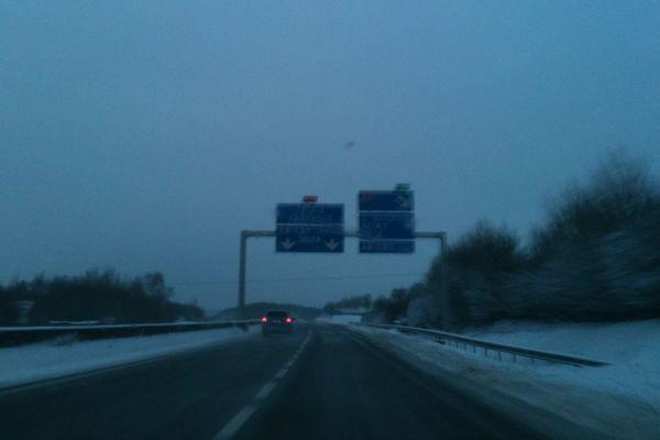 9 heures : Amiens est en vue. Une fois sorti de l'autoroute les conducteurs ont parfois trouvé des rues enneigées ou verglacées. La prudence reste de mise : la Picardie est en alerte orange météo.