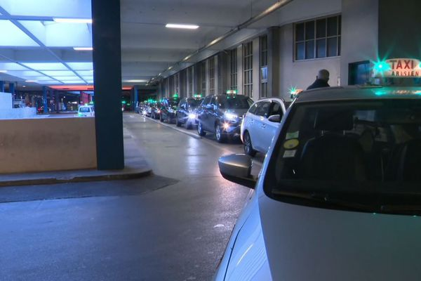 Une file de 150 taxis, ce lundi matin, à la gare Montparnasse.