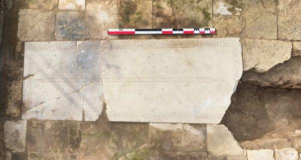 L'épitaphe gravée en latin sur la dalle de la sépulture d'Albéric de Braine découverte sur le chantier de fouilles de l'abbaye Saint-Médard à Soissons apporte une date précise dans l'histoire de l'édifice.