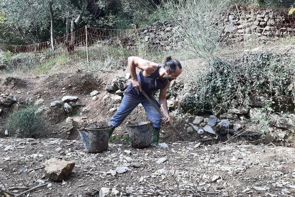 L'agriculteur militant de la Roya, Cédric Herrou est enclavé dans son exploitation suite à un conflit de voisinage.