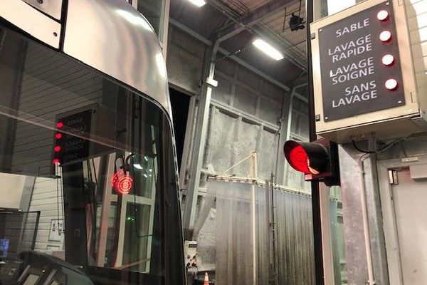 Le tramway en cours de nettoyage