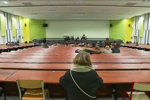 Peu d'étudiants mobilisés pour l'assemblée générale ce jeudi 20 décembre à l'Université Paris-X.