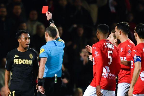 Gelson Martins suspendu pendant 6 mois . Le milieu portugais de Monaco avait pris un carton rouge pour avoir bousculé l'arbitre lors du match de son équipe contre Nîmes le 1er février, au stade des Costières.