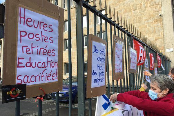 Près de 150 personnes sont venues manifester contre la suppression de postes prévus pour la rentrée 2021 dans la Manche.