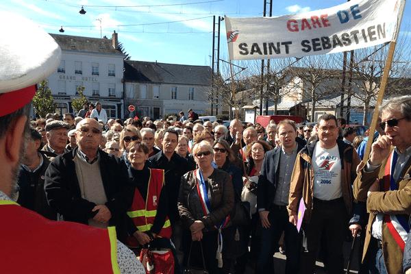 Manifestants devant la gare de La Souterraine en Creuse