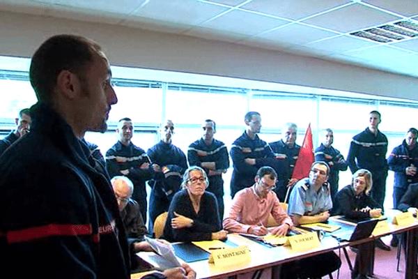 Des sapeurs-pompiers ont interrompu le comité technique paritaire départemental ce mercredi