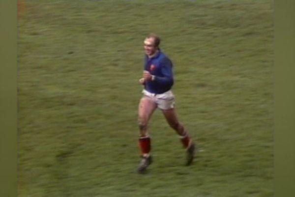 Lors de la victoire du Grand Chelem, un capitaine heureux sur la pelouse
