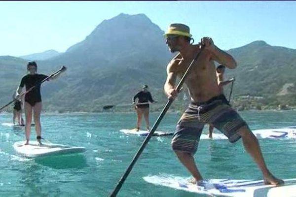 Le paddle est l'ancêtre du surf, il s'agit de glisser à l'aide d'une pagaie.