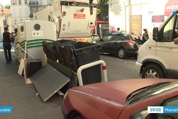 Camion de ramassage des encombrants à Marseille.