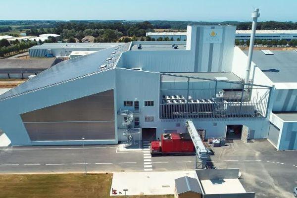 L'usine inaugurée le 7 septembre 2018 comporte notamment une toiture photovoltaïque (à gauche ci-dessus) et trois bassins de récupération d'eau