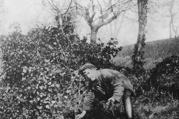 """""""Ce sport n'est pas toujours sans danger et notre chasseur de reptiles porte sur le corps la trace de 25 morsures reçues au cours de ses dangereuses expéditions"""" pouvait-on lire dans le journal La Croix en 1903 à propos du chasseur de vipères clermontois Jean Serpent"""