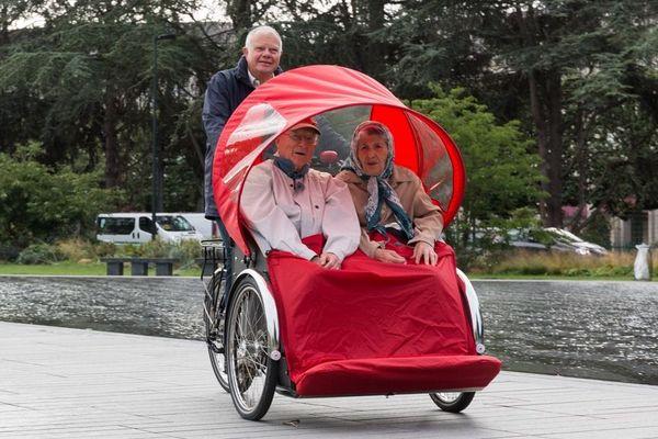 """Pour la semaine bleue et tout au long de l'année, l'association """"A Vélo sans Age"""" propose des sorties gratuites pour des personnes âgées installées dans des vélos triporteurs spécialement aménagés."""