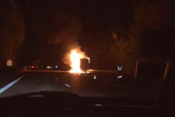 Le camion en feu sur l'A6, ce matin, à hauteur de Beaune.
