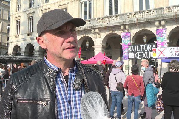 """""""Depuis un an, je vis avec mes indemnités chômage, je n'ai plus de cachet. J'ai bientôt 50 ans et je n'ai jamais connu ça"""", témoigne Jean-Noël Lassalotte, porte-parole des manifestants à Bayonne."""