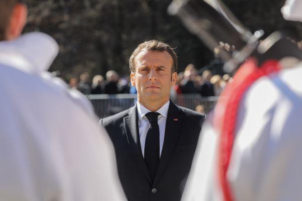 Le président de la République lors de la revue des troupes du 27e bataillon de chasseurs alpins, avant le début de la cérémonie d'hommage.