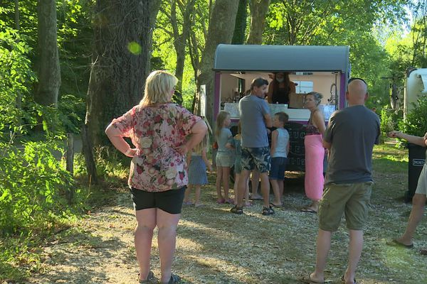 La soirée bat son plein. Devant le food-truck, une file de touristes hollandais patiente pour des paninis-frites.
