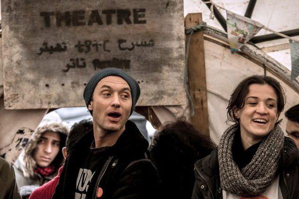 """L'acteur britannique Jude Law marche dans la """"jungle"""" de Calais ce dimanche  21 février 2016."""