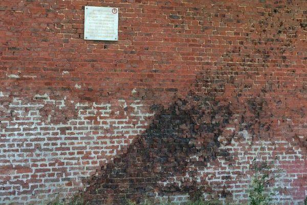 Sur ce mur de l'hôpital psychiatrique Philippe Pinel, la trace laissée par l'explosion d'un obus.