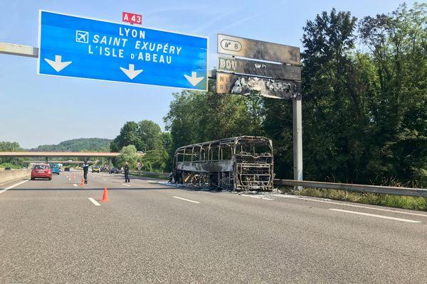 La carcasse calcinée du bus sur l'A43, samedi 12 juin.