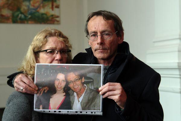 Christophe Bourseau, le père d'Eva Bourseau montrant une photo de sa fille au moment du procès devant la cour d'Assises de Haute-Garonne en décembre 2018.