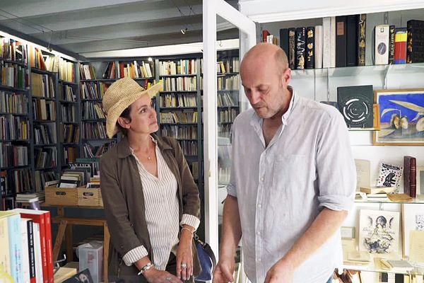 Sophie Jovillard avec Lionel, libraire à Montolieu