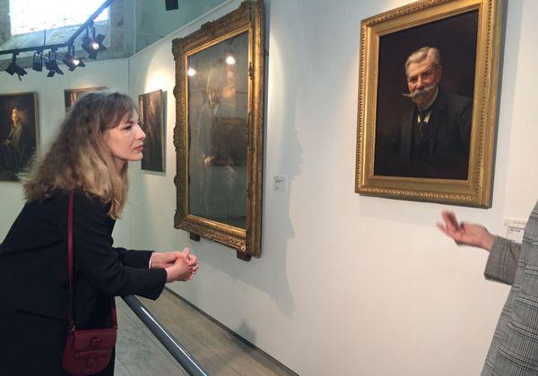 L'actrice louise Bourgoin debvant les toiles de son arrière grand père Guy Wilthew.