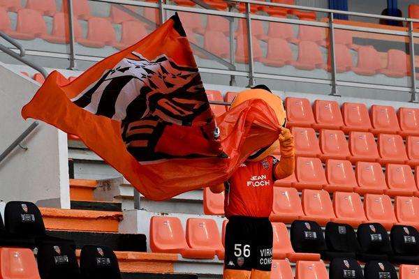 La mascotte dans les tribunes vides du FC Lorient lors de la 19ème journée de Ligue1