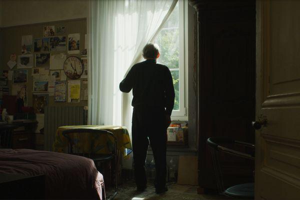 Pierre vit encore chez lui, séparé de son épouse qui reste à l'EHPAD.