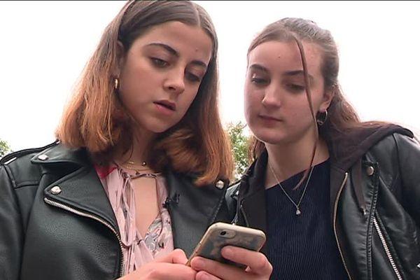 Agnès et Raphaëlle se connectent plusieurs fois par jour à Parcoursup pour voir si leur place sur liste d'attente évolue.