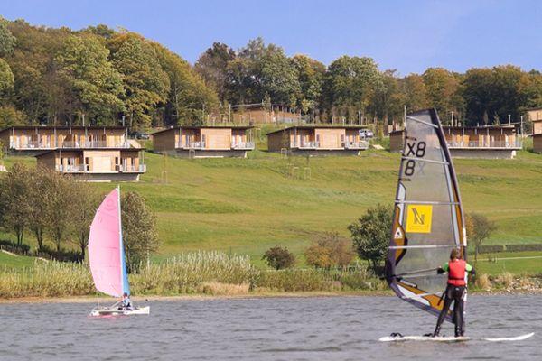 Le lac et ses cottages.