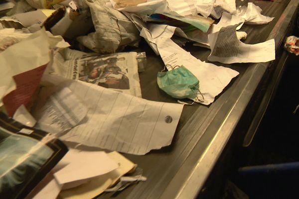 Tous les jours, des masques chirurgicaux sont jetés dans les poubelles de recyclage et se retrouvent sur les tapis de tri.