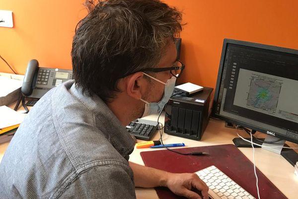 Le sismologue Jérôme Vergne étudiant des données sur son ordinateur, à l'Institut du Globe de Strasbourg.