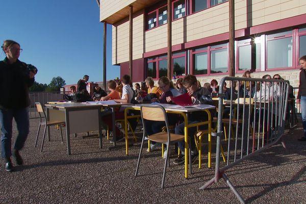 Symboliquement, parents et enseignants ont installé une classe de 32 élèves dans la cour du collège de Saint-Martin-en-Haut (Rhône). Peut-être la classe qui leur manque.