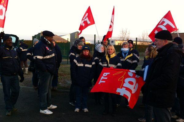 Une trentaine de postiers en grève à Dreux (Eure-et-Loir), devant la plateforme courrier des Trois vallées.