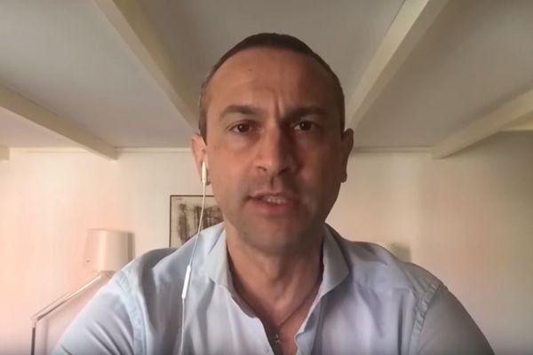 Dans une vidéo, le journaliste italien Ferdinando Avarino lance un appel à la prudence face à la pandémie de coronavirus.