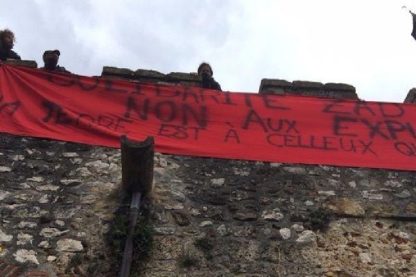 Une banderole a été déployée sur le château de Foix en solidarité avec les zadistes de Notre-Dame-des-Landes