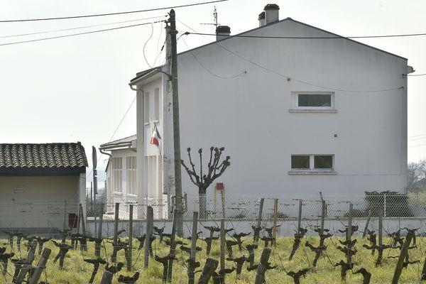 L'école primaire de Villeneuve-de-Blaye, jouxtée par des parcelles viticoles.