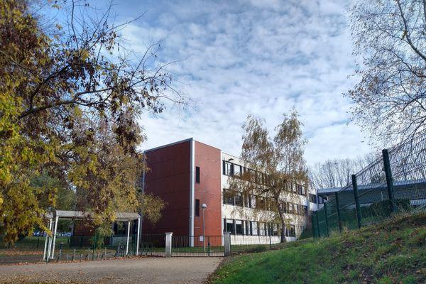 Le professeur décédé de la Covid-19, jeudi 12 novembre, enseignait au collège Léon Blum à Limoges, en Haute-Vienne.